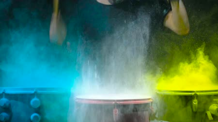 bas : Holi powder bounces off the drum in the form of a shock wave, Close up. Black background Dostupné videozáznamy