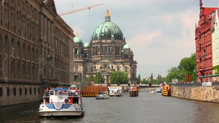 catedral : Berlin Cathedral, Berliner Dom, Spree river, Germany Stock Footage