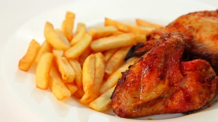 tavuk : Roasted chicken wings with chips