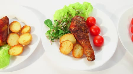 rosto : Roasted chicken with potatos salad sprouts and tomatoes Stok Video