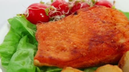 fritos : Fried salmon fish fillet with tomatoes, sprouts and potatoes