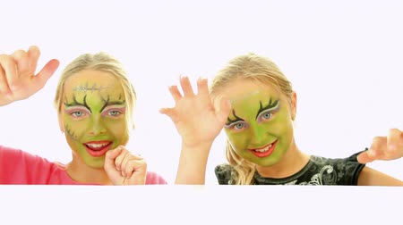 trik : Scary little green girls for Halloween - trick or treat