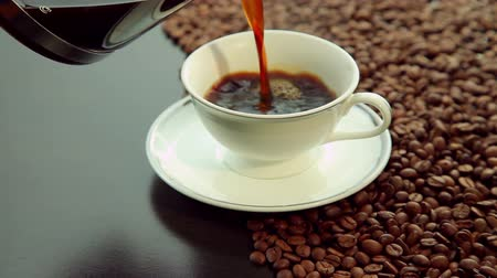 kahve molası : Pouring fresh hot coffee, white cup on beans background