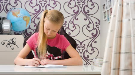 írás : Child writing homework Stock mozgókép