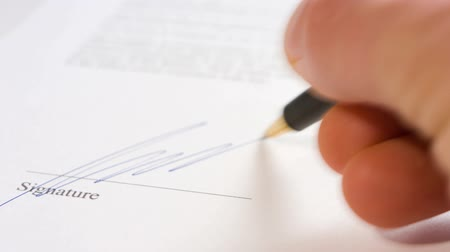 anlaşma : Businessman signing contract document
