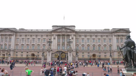 saray : Tourists and Buckingham Palace