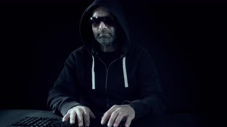 programování : Man hacker hacking bank computer 4k