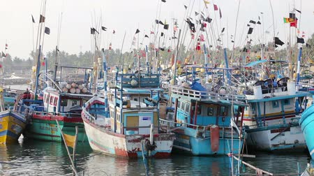 ancorado : HiKKADUWA, SRI LANKA - APR 19: Fishing vessels  stay in the port on Apr 19, 2013 in Hikkaduwa, Sri Lanka. Fishing is traditional occupation on Sri Lanka sea shore.