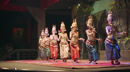 производительность : SIEM REAP. CAMBODIA - 23 DEC 2013: Apsara Cambodia Khmer traditional dance and performances. It is a theatre in Cambodia features the classical dance styles.