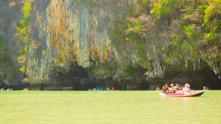 exotikou : PHANG NGA. THAILAND - 24 FEB 2014: Kayaks with tourists near the huge rock with caves Dostupné videozáznamy