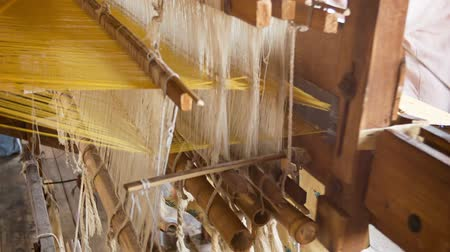 doek : INLEMEER. MYANMAR - CIRCA JAN 2014: Weven fabriek in Birma. Oude loom in het werk close-up