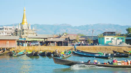 Бирма : NYAUNGSHWE. MYANMAR - CIRCA JAN 2014: Bank of the river in the town. Boats on a leash Стоковые видеозаписи