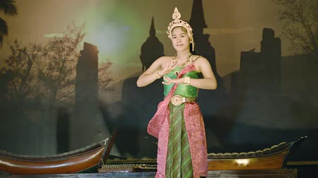 tradicional : SUKHOTHAI. THAILAND - 27 NOV 2013: Young girl performs solo dance on stage