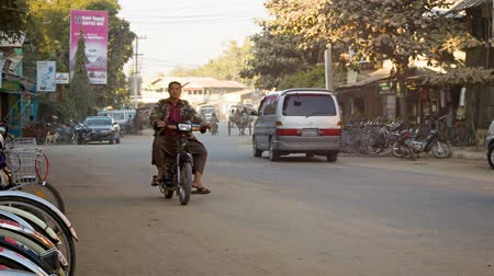 usual : BAGAN. MYANMAR - 11 JAN 2014: Common Asian transport traffic on a  street with cars. motorbikes. horse carriages. Stock Footage