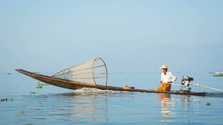 mianmar : Video 1080p - A local fisherman floats on fishing boat with a motor. Inle lake. Burma (Myanmar) Stock mozgókép