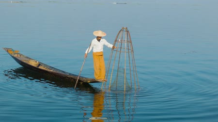 mianmar : Video 1080p - Burmese fisherman shows fish in the traditional trap. Inle lake. Myanmar Stock mozgókép