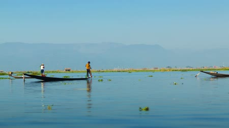баланс : Video 1920x1080 - Local fishermen on a background of mountains. Burma. Inle Lake Стоковые видеозаписи
