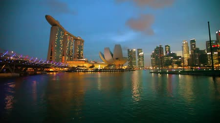 редакционный : SINGAPORE - 01 DEC 2014: Beautiful night view of the Marina Bay Sands hotel. bridge and skyscrapers of business center