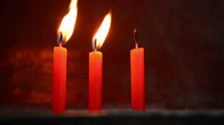 desvanecer : Video FullHD - Two candles are lit. One has already gone out Stock Footage