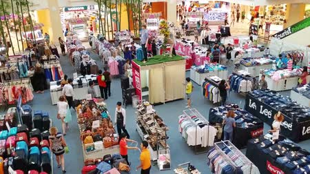 áruk : PATONG. PHUKET. THAILAND - CIRCA JUL 2014: The room is a large store with clothes. Cheap sale. The view from the top. Jung Ceylon.
