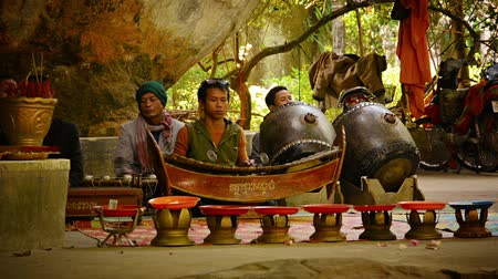 instrumentos : PHNOM KULEN. CAMBODIA - CIRCA DEC 2013: Local musicians of Cambodia performing folk music using ancient traditional musical instruments.