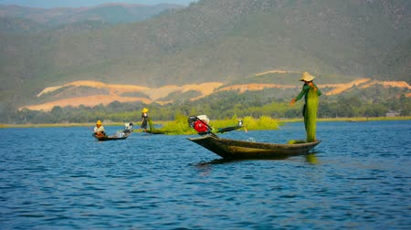 horizont : INLE LAKE. MYANMAR - CIRCA JAN 2014: Fishing with a network and motorboat.