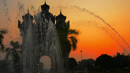 vientiane : Video 1080p - Beautiful sunset serves as a backdrop to Patuxai Victory Arch with its dramatic fountains in Vientiane. the capital of Laos. Stock Footage