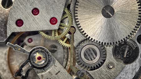 peças : Video 3840x2160 - Clockspring. flywheel and continuous gears comprise the clockwork mechanism that drives a watch. This closeup view demonstrates the physics involved.