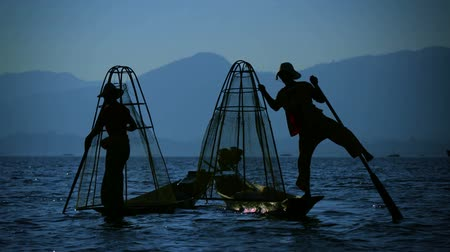 fishermen : Video FullHD - Silhouettes of fishermen at sunset. In the evening they go home. Inle Lake. Burma