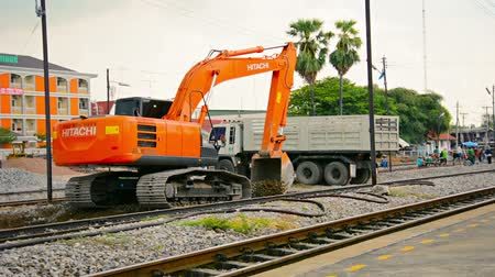 equipamento : LOPBURI. THAILAND - CIRCA NOV 2013: Hydraulic excavator working on the rail bed. doing maintenance on the railway line at Lopburi Station in Thailand. with sound. Vídeos