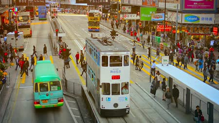 kabely : HONG KONG. CHINA - CIRCA JAN 2015: Pedestrians crossing a busy city street at a transit station in downtown Hong Kong Dostupné videozáznamy