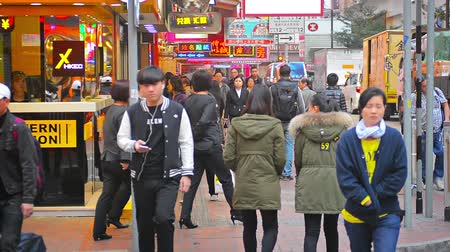 zawód : HONG KONG. CHINA - CIRCA JAN 2015: Heavy morning pedestrian traffic on a sidewalk along a busy city street in a downtown commercial district. Wideo