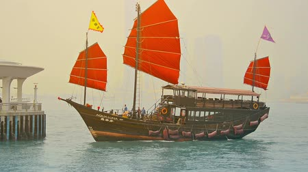 барахло : HONG KONG. CHINA - CIRCA JAN 2015: Tour boat. patterned after an old fashioned Chinese sailing junk. approaching a dock in Victoria Harbor. Hong Kong.