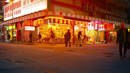 köşeler : HONG KONG. CHINA - CIRCA JAN 2015: Customers. strolling along a busy shopping district in downtown Hong Kong in the evening. Stok Video