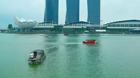 bağlantılı : SINGAPORE - CIRCA AUG 2015: Boat traffic in the harbor in front of Marina Bay Sands Resort Hotel in Singapore.