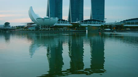 baía : SINGAPORE - CIRCA AUG 2015: Marina Bay Sands. an intigrated resort and major tourist attraction in Singapore. at dusk. Vídeos