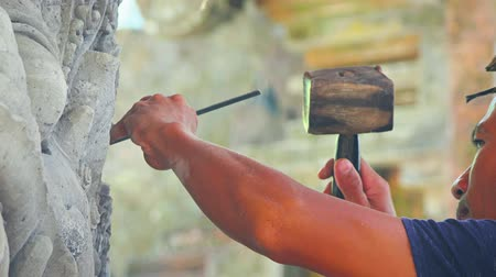 detalhes : BALI. INDONESIA - CIRCA JUL 2015: Sculptor Chipping Away at an Intricate Work of Art in Bali. Indonesia. UltraHD video