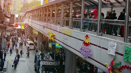 úroveň : HONG KONG. CHINA - CIRCA JAN 2015: Elevated walkalators provide access to upper levels in a central business district. Video 1920x1080 Dostupné videozáznamy