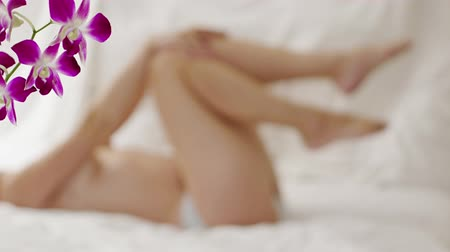calcinhas : Playful girl in the bedroom. Focus on the foreground. Video UltraHD
