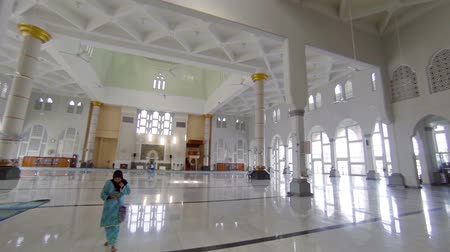 oszlop : BORNEO. MALAYSIA - CIRCA JAN 2015: Interior of Kota Kinabalu City Mosque. an important religious site in Borneo. Malaysia. FullHD video