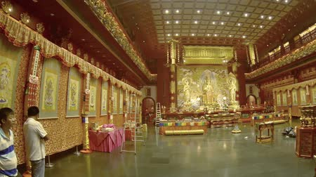 запутанный : SINGAPORE - CIRCA JAN 2015: Ornate and intricately detailed interior of the Buddha Tooth Relic Temple in urban Singapore. FullHD video