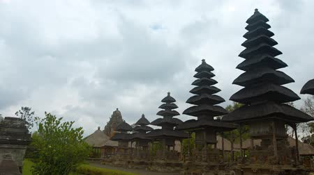 аккуратный : Several tiered pagodas in an orderly row at Pura Taman Ayun the royal Hindu temple in Bali, Indonesia. Video UltraHD 4k