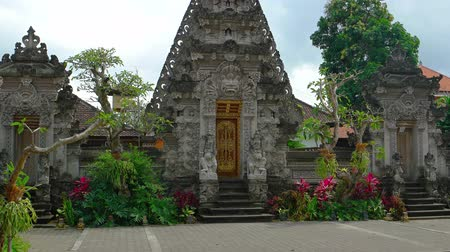 kultúra : Ornately decorated entrance door to a Balinese Hindu temple with intricate sculptures an colorful gardens in Ubud, Bali. Indonesia.