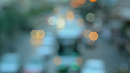 нечеткий : Blurry unfocused clip of heavy urban traffic including cars buses and other vehicles on a busy thoroughfare with bokeh effect lights. Стоковые видеозаписи