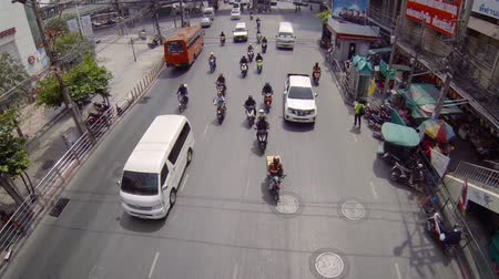 ruído : BANGKOK. THAILAND - CIRCA FEB 2015: Overlooking shot of typical traffic on an urban street in Bangkok. with sound. Footage 1920x1080