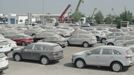recentemente : SHARJAH. UAE - CIRCA OCT 2016: Lot Full of Brand New Cars. Recently Arrived in Shipping for Local Delivery