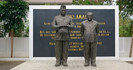 bronz : BALI. INDONESIA - CIRCA JUL 2015: Indonesian Independence Monument with Statues at Taman Nusa Cultural Park.