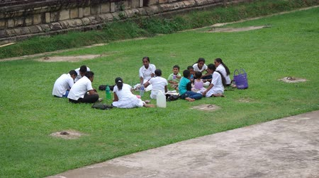 пикник : KANDY. SRI LANKA - CIRCA NOV 2016: Local family enjoying a picnic on the grass at a local park.