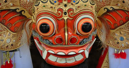 запутанный : Traditional mask. colorfully painted in intricate detail. of a mythical barong creature. on display in Bali. Indonesia. Video 4k