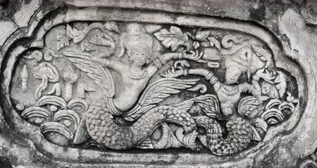 spletitý : CHIANG MAI. THAILAND JAN 2018: Carving of mythical being on wall of Wat Phra Singh Woramahawihan Temple. DCI 4k video Dostupné videozáznamy